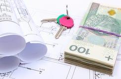 Tas des billets de banque, des clés et des diagrammes électriques sur le dessin de la maison Image libre de droits