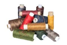 Tas des bobines de fils de couture Photographie stock