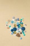 Tas des boutons d'habillement de différentes formes et tailles Photos stock