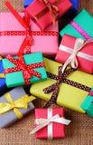 Tas des cadeaux enveloppés pour Noël ou toute autre célébration sur la toile de jute Images stock