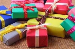 Tas des cadeaux enveloppés pour Noël ou toute autre célébration sur la toile de jute Image stock