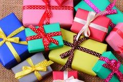 Tas des cadeaux enveloppés pour Noël ou toute autre célébration sur la toile de jute Images libres de droits