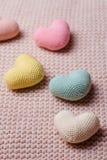 Tas des coeurs tricotés Le Day Cartes de jour de valentines Photo libre de droits