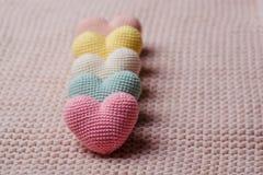 Tas des coeurs tricotés Le Day Cartes de jour de valentines Image stock