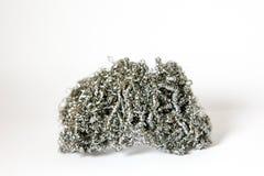 Tas des copeaux tordus en métal sur un fond blanc pour les plats de lavage photo libre de droits