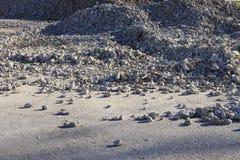 Tas des débris de construction d'éclat sur le chantier de construction photos libres de droits