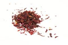 Tas des feuilles de thé sèches de karkade sur le fond blanc Photographie stock