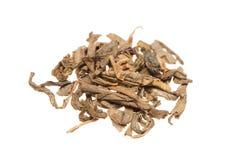 Tas des feuilles de thé vertes sèches Image stock