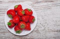 Tas des fraises dans la cuvette sur le vieux fond en bois Vue supérieure images libres de droits