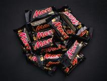 Tas des friandises de minis de Mars sur le fond noir Image libre de droits