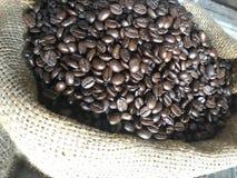Tas des grains de café rôtis Photos libres de droits