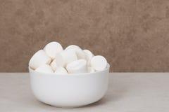 Tas des guimauves dans la cuvette blanche Photographie stock libre de droits