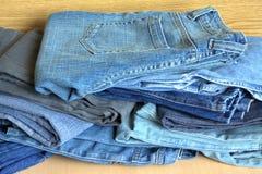 Tas des jeans modernes en vente plan rapproché de vue de face Photo libre de droits