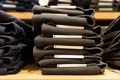 Tas des jeans sur l'étagère, taille de m image stock