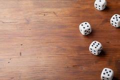 Tas des matrices sur la table en bois rustique Dispositifs de jeu Jeu de hasard le concept Copiez l'espace pour le texte photo libre de droits