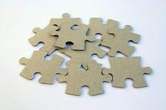 Tas des morceaux de puzzle Parties de puzzle sur un fond blanc Images libres de droits