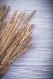 Tas des oreilles de seigle de blé sur la nourriture de conseil en bois et le concept de boissons Photographie stock