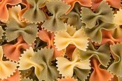 Tas des pâtes de farfalle Image stock