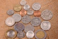 Tas des pièces de monnaie de différents pays Image stock