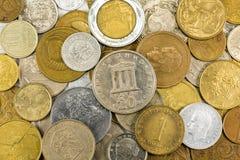 Tas des pièces de monnaie de vintage format-remplissant fond image libre de droits