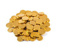 Tas des pièces de monnaie d'argent de chocolat d'isolement sur le blanc Image stock