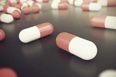Tas des pilules rondes blanches rouges de capsule avec l'antibiotique de médecine en paquets sur le fond noir illustration 3D illustration de vecteur