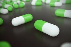 Tas des pilules rondes blanches vertes de capsule avec l'antibiotique de médecine en paquets sur le fond noir illustration 3D illustration libre de droits
