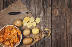 Tas des pommes chips dans la cuvette sur le fond en bois de table images libres de droits