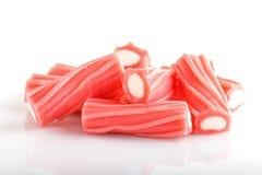 Tas des sucreries de sucre de mastication roses de caramel D'isolement sur le blanc images stock