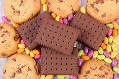 Tas des sucreries et des biscuits colorés, trop de bonbons Photos stock