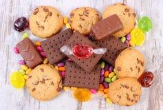 Tas des sucreries et des biscuits colorés, trop de bonbons Photographie stock libre de droits