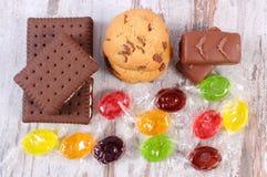 Tas des sucreries et des biscuits colorés, trop de bonbons Photo stock