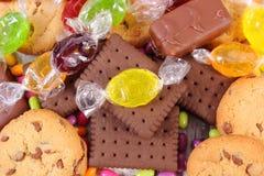 Tas des sucreries et des biscuits colorés, trop de bonbons Photographie stock