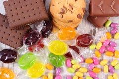 Tas des sucreries et des biscuits colorés, trop de bonbons Photo libre de droits