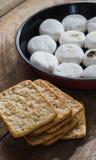 Tas et guimauves de biscuit dans la casserole Photo stock