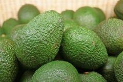 Tas haut fermé des fruits entiers d'avocat inégal vert dans le panier image stock
