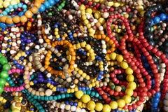 Tas multicolore des colliers en bois décoratifs Images libres de droits