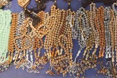 Tasbeeh Tasbih koraliki modlitwa muzułmańska koralik Sprzedawań tasbeehs Na wolnym powietrzu targowy handel z modlitewnymi korali zdjęcia stock