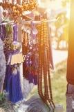 Tasbeeh Tasbih koraliki modlitwa muzułmańska koralik Sprzedawań tasbeehs Na wolnym powietrzu targowy handel z modlitewnymi korali fotografia stock