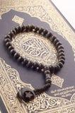 Tasbih (gotas) en Quran santo Fotos de archivo