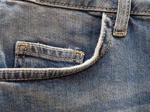 Tasca anteriore delle blue jeans, fine su fotografia stock libera da diritti