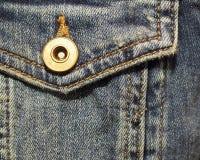 Tasca applicata del denim con la fine del bottone su fotografia stock