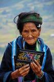 Tasca fatta a mano di vendita della donna di Hmong in Sapa, Vietnam Fotografia Stock Libera da Diritti