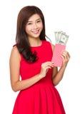 Tasca rossa della tenuta cinese della donna con il dollaro americano Fotografia Stock Libera da Diritti