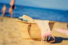 Tasche auf dem sandigen Strand Stockbilder