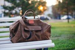 Tasche auf der Bank im Herbstpark Lizenzfreie Stockfotografie