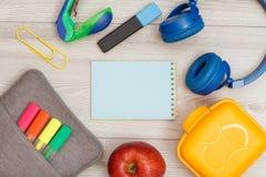 Tasche-Bleistiftkasten mit Farbfilzstiften und Markierung, Apfel, Notizbuch Stockfotos