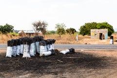 Tasche der Holzkohle entlang der Straße in Afrika Lizenzfreies Stockfoto