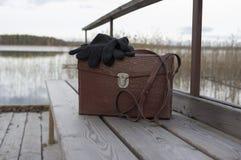 Tasche und Handschuhe auf Bank Lizenzfreies Stockfoto