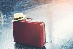 Tasche und Reise an der Bahnstation Stockbilder